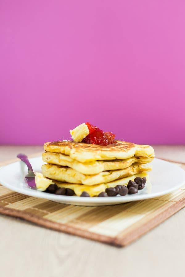 Pfannkuchen-Stapel mit Erdbeermarmelade stockfotos