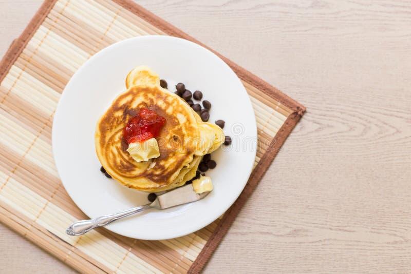 Pfannkuchen-Stapel mit Erdbeermarmelade lizenzfreie stockbilder