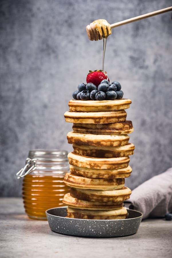 Pfannkuchen stapeln überstiegen mit Früchten und Ahornsirup stockfoto