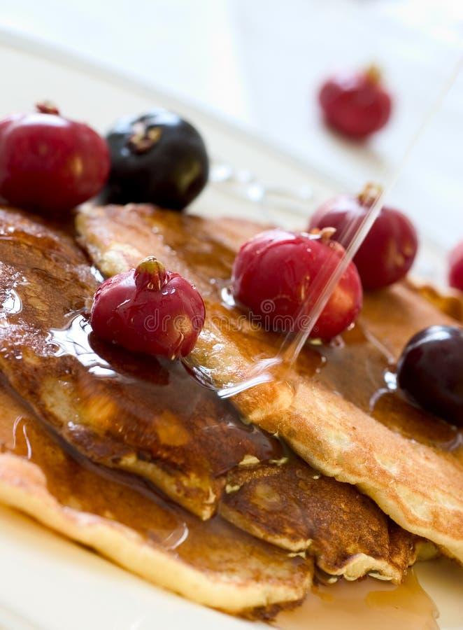 Pfannkuchen u. Früchte lizenzfreie stockbilder