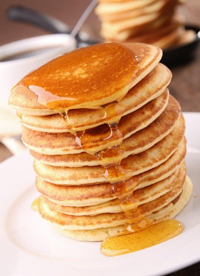 Pfannkuchen und Sirup lizenzfreie stockfotos