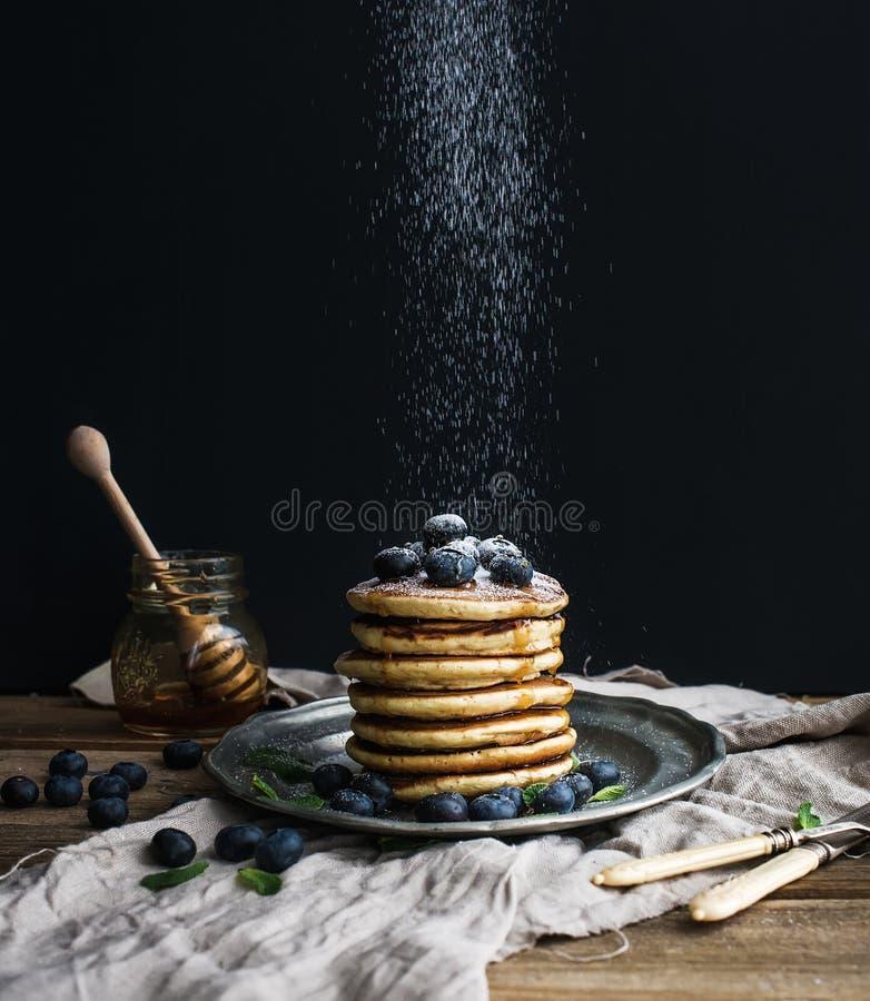 Pfannkuchenturm mit frischer Blaubeere und Minze auf einer rustikalen Metallplatte stockbilder