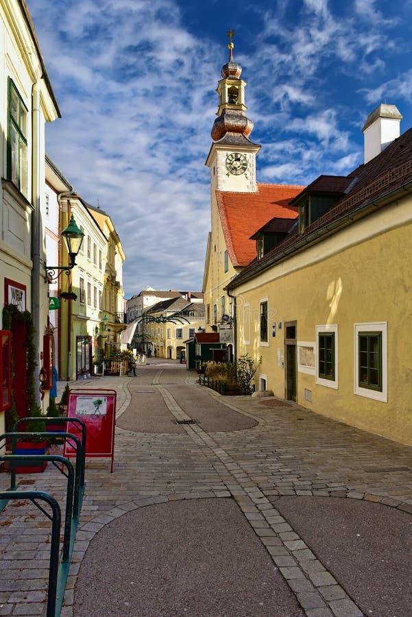 Pfarrgasse gata av den historiska stadskärnan under jultid Stad av Moedling, lägre Österrike royaltyfria bilder