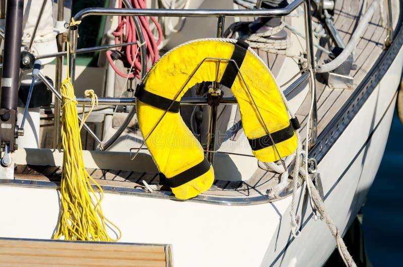 PFD au yacht à l'arrière image stock