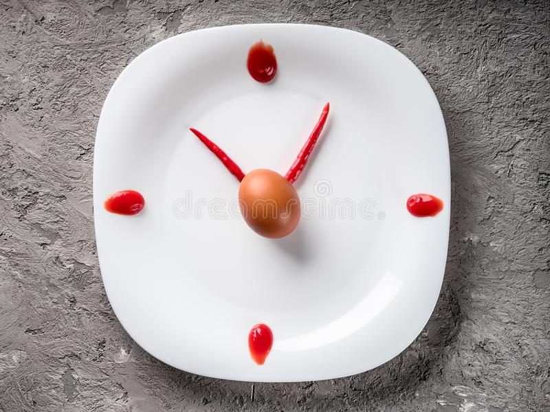 Pfeffer der heißen Paprikas auf weißer Platte mit Dekorketschupei lizenzfreie stockfotografie