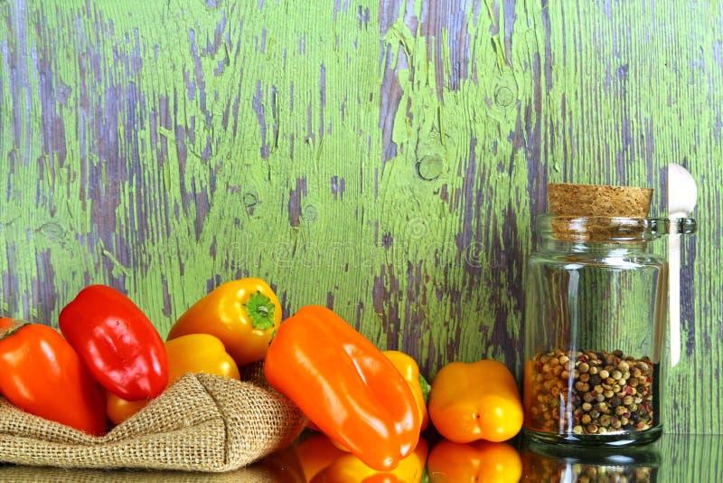 Pfeffer, Knoblauch, mit schwarzem Pfeffer und Olivenöl mit Küche u stockfotografie