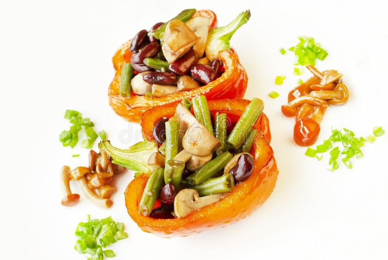 Pfefferhälften, angefüllter Salat lizenzfreie stockfotos