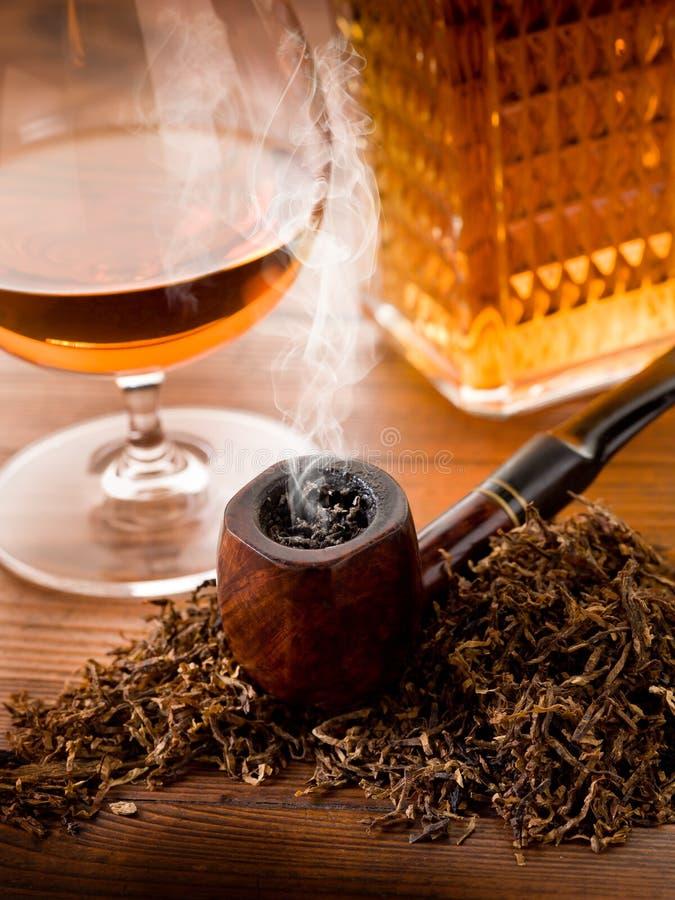 Pfeife und Alkohol lizenzfreies stockfoto