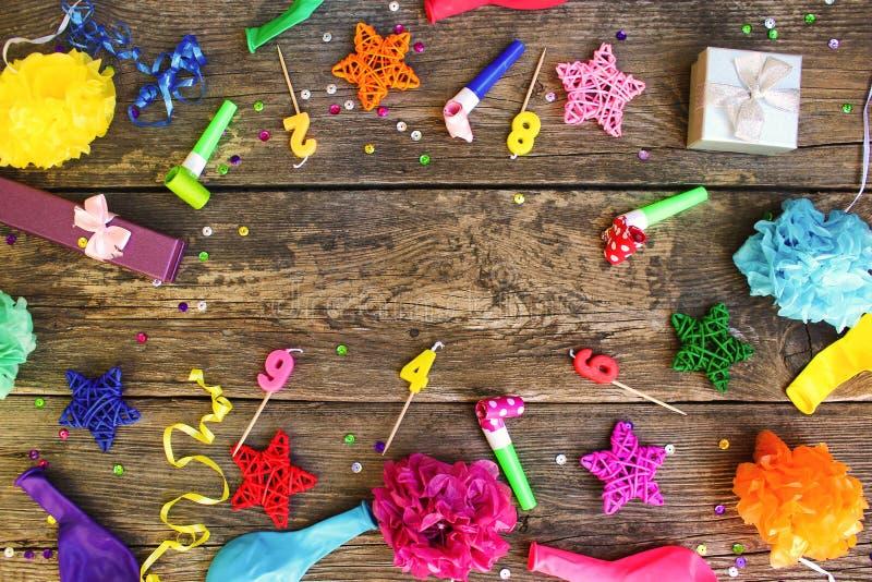 Pfeifen, Ballongeschenke, Kerzen, Dekoration auf altem hölzernem Hintergrund Konzept von Kind-` s Geburtstagsfeier stockfoto