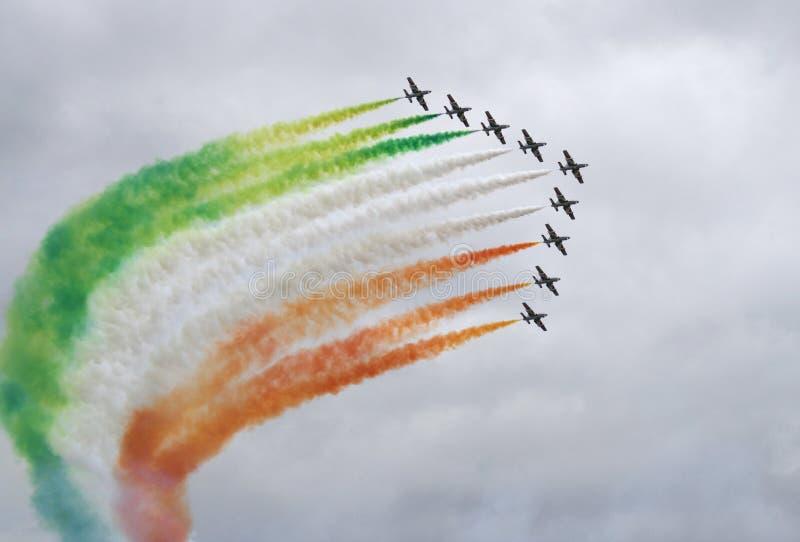 Pfeil von 9 Flugzeugen mit Farbenrauche stockfotografie