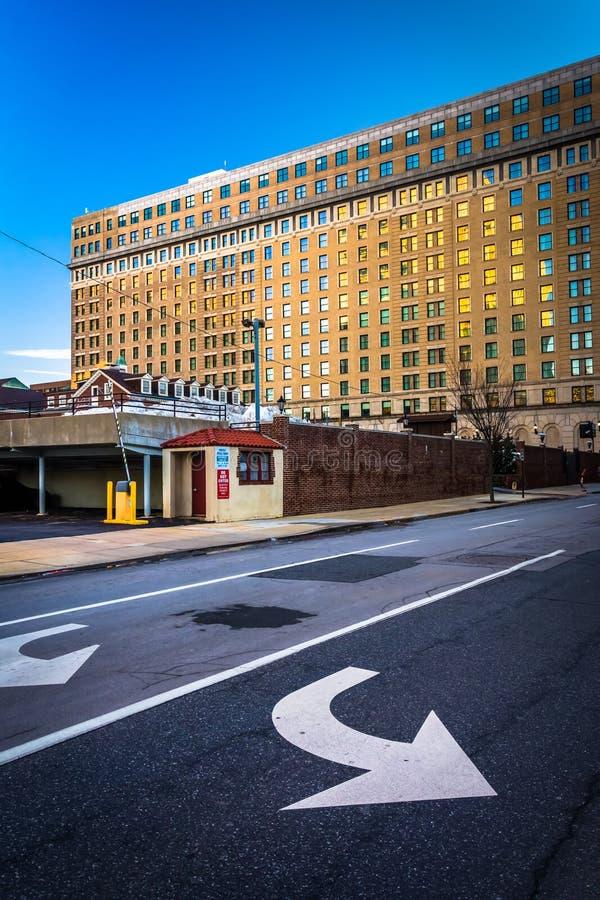 Pfeile auf Straße und einem Gebäude in im Stadtzentrum gelegenem Wilmington, Delaware stockfotos