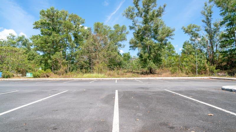 Pfeilsymbolzeichen im Parken, Parkplatz, Parkspur im Freien mit Hintergrund des blauen Himmels stockfoto