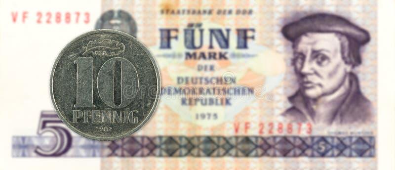 10 pfennigmuntstuk tegen historisch 5 Oostduits tekenbankbiljet stock foto's