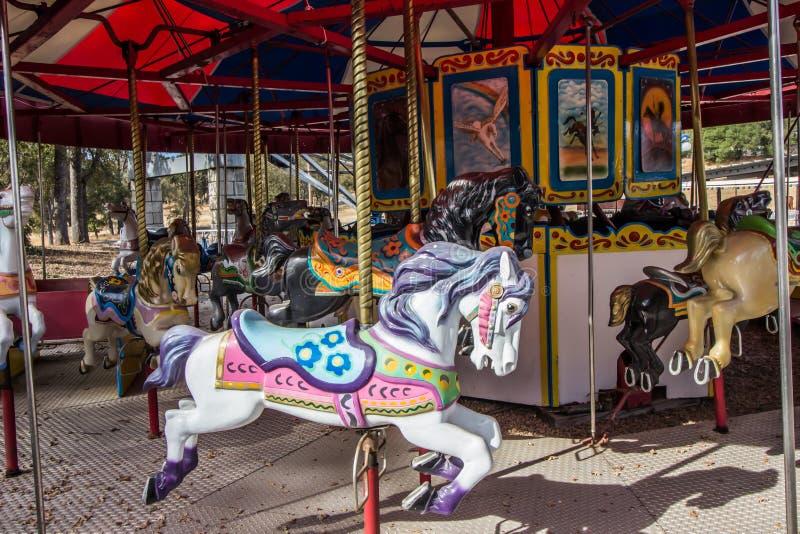 Pferd auf fröhlichem gehen Karussell rundes stockbild