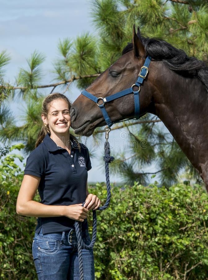Pferd, das ein Mädchen küsst stockbild