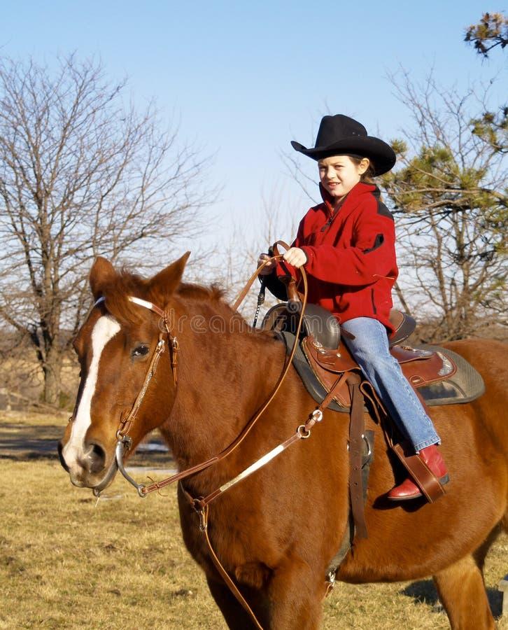 Pferd des jungen Mädchens Reit stockbild