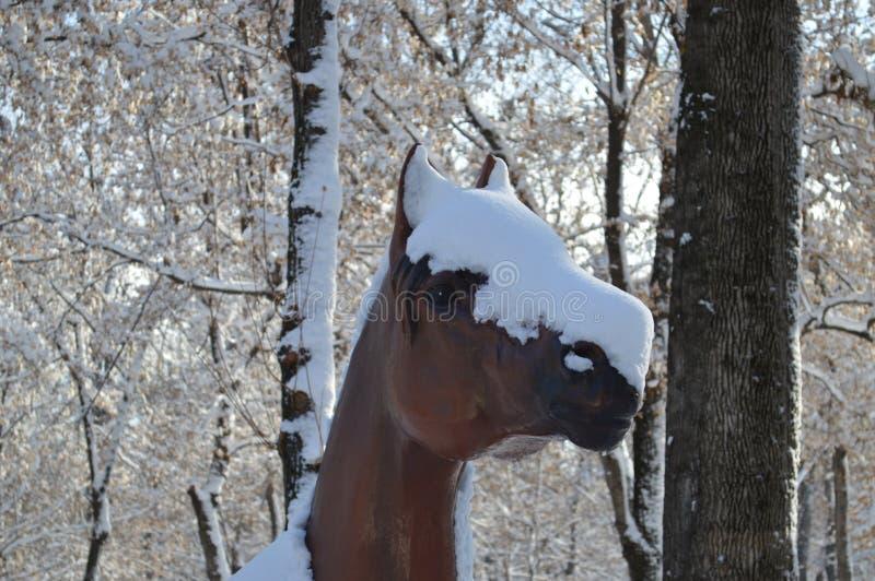 Pferd im Schnee, Statue, Pferdezahl, Pferd im Winter, herrliches Pferd, künstliches Pferd, braunes Pferd stockfotografie