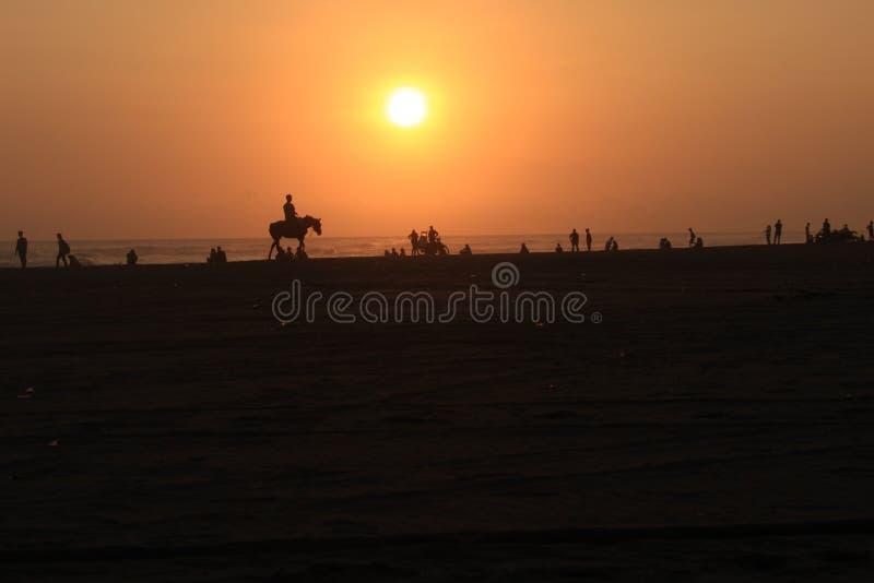 Pferd-pessenger ist Parangtritis-Strand wenn Sonnenuntergang lizenzfreies stockfoto