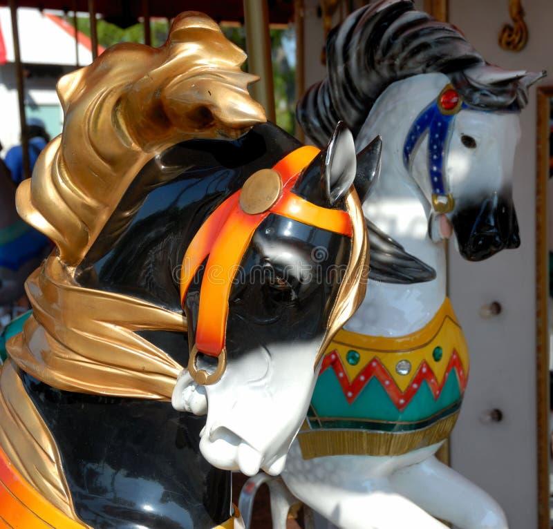 Pferde auf Karussell stockfotos