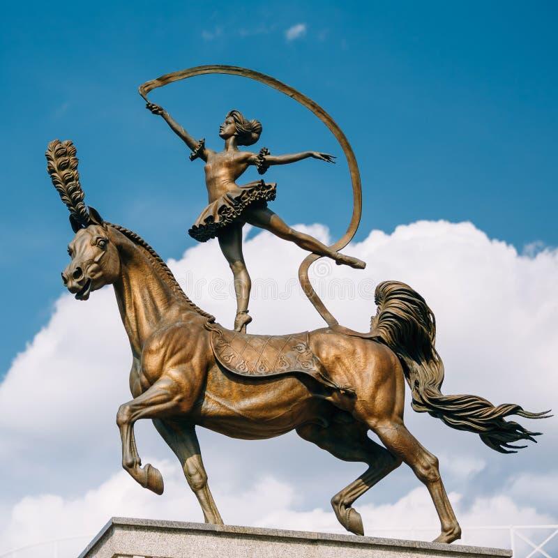Pferdefrauenskulptur nahe Gebäude von stockfoto