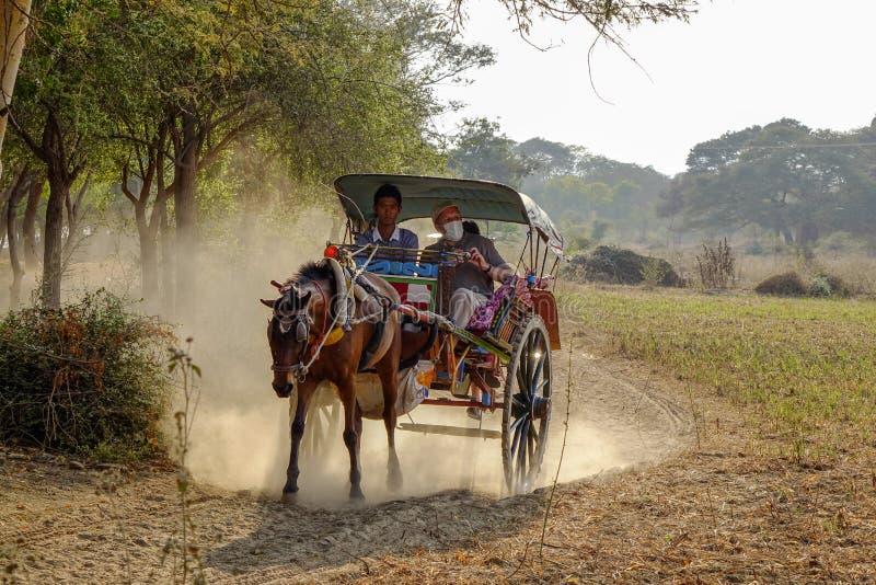 Pferdekutsche auf dem Weg zu Thatbyinnyu-Tempel stockfotos