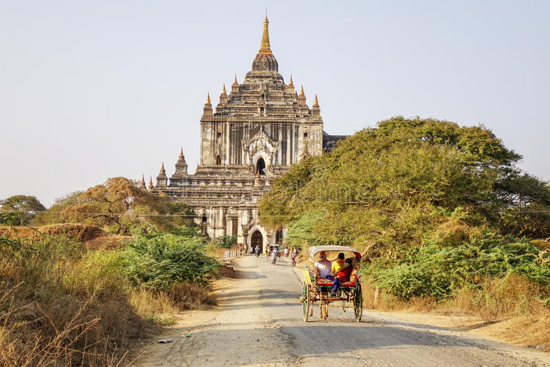 Pferdekutsche auf dem Weg zu Thatbyinnyu-Tempel lizenzfreies stockbild