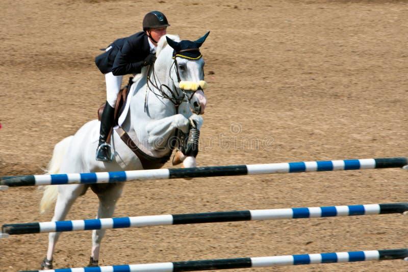 Pferden-Mitfahrer an der Bromont springenden Konkurrenz stockfotos