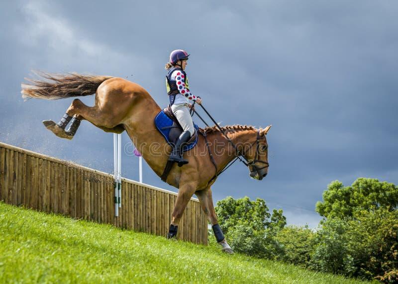 Pferdereiter, der im Cross Country-Ereignis konkurriert lizenzfreie stockbilder