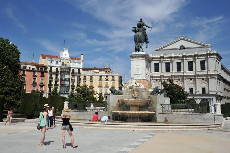 Pferdeskulptur von König Philip IV in der Piazza de Oriente gelegen zwischen Royal Palace und dem königlichen Theater in Madrid lizenzfreie stockfotos