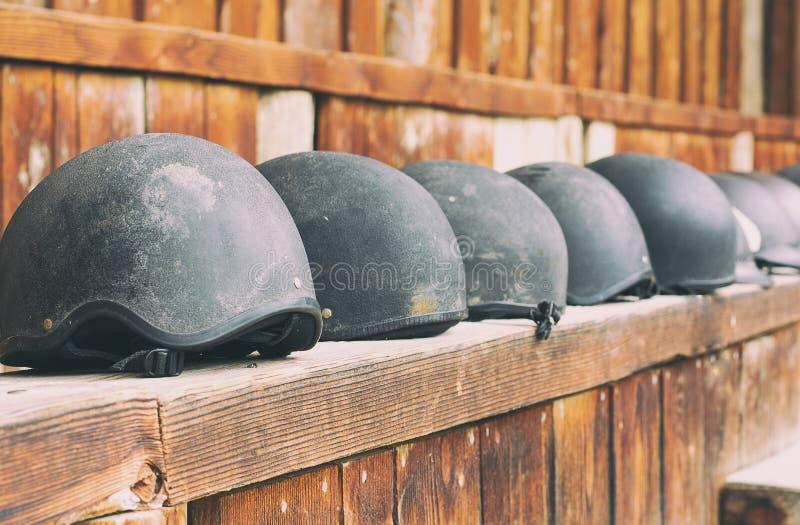 Pferdesturzhelm, der wartet, am Reiten verwendet zu werden stockfotos