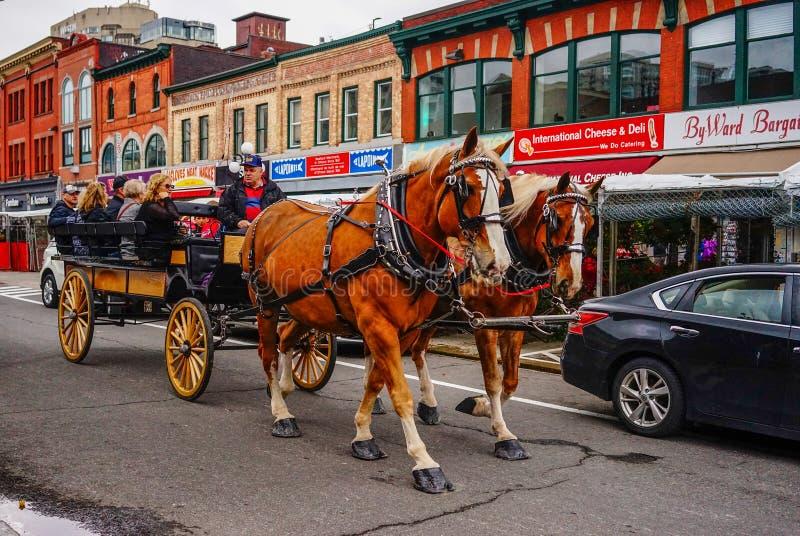 Pferdewagen an der alten Stadt lizenzfreies stockbild