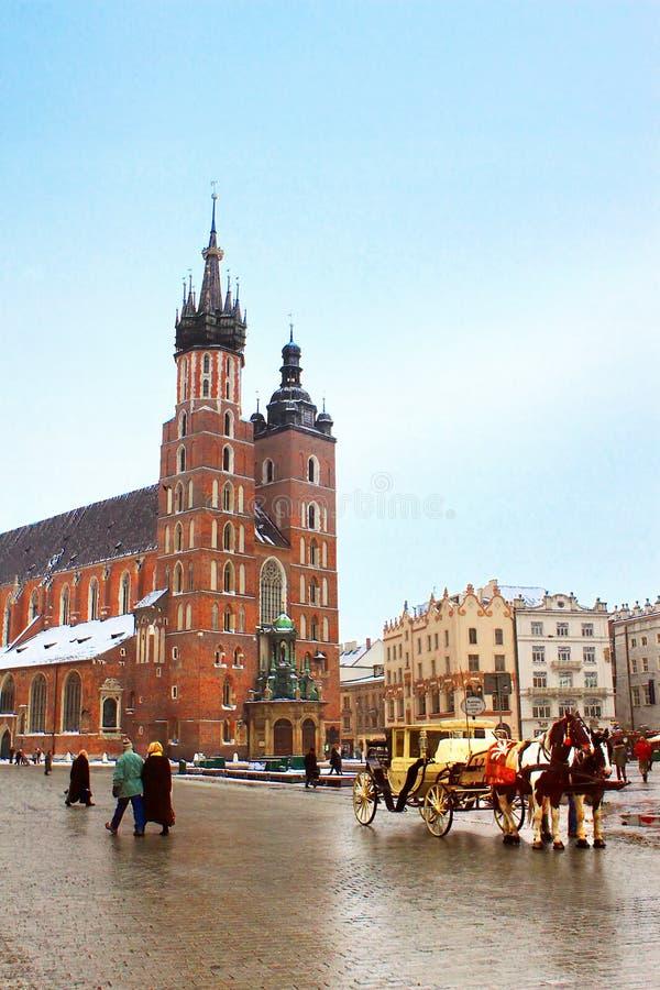 Pferdewagen vor Mariacki-Kirche, Krakau, Polen lizenzfreie stockbilder