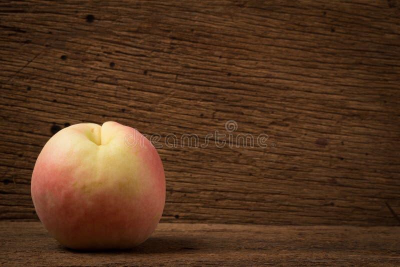 Pfirsich auf altem Holz tageslicht lizenzfreie stockfotografie
