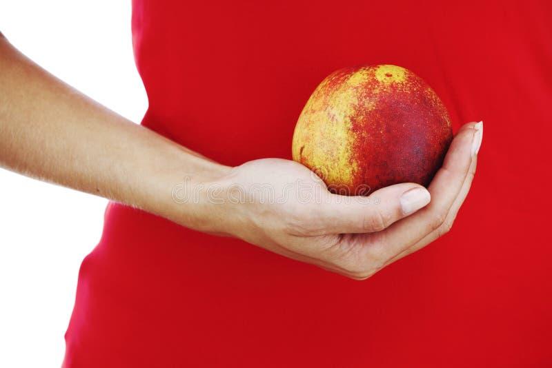 Pfirsich in den Frauenhänden lizenzfreies stockfoto
