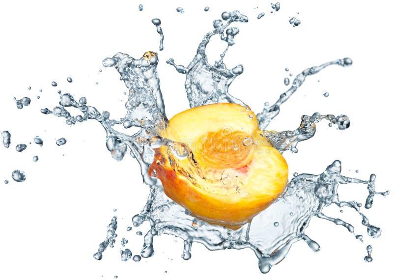 Pfirsich, der im Wasser spritzt stockfotos