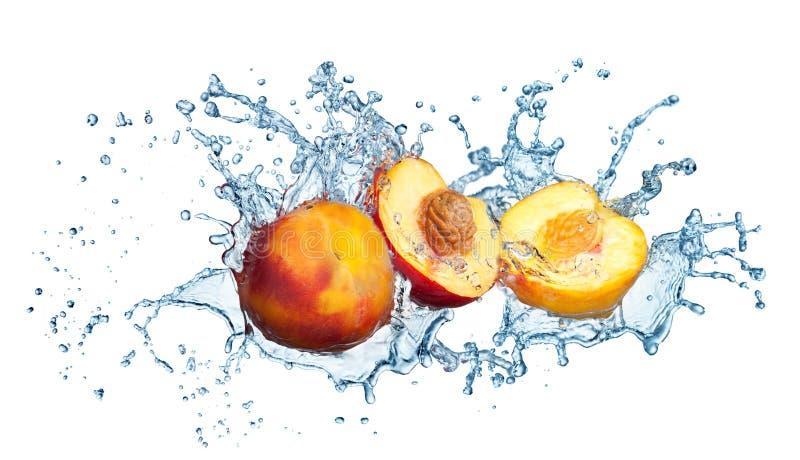 Pfirsich im Spray des Wassers. stockfoto