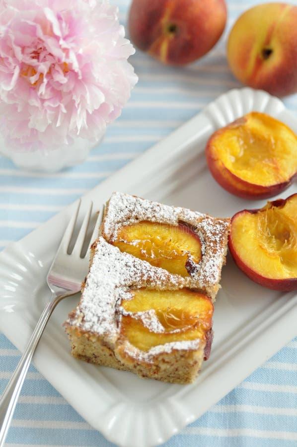 Pfirsich-Mandel-Kuchen lizenzfreie stockbilder