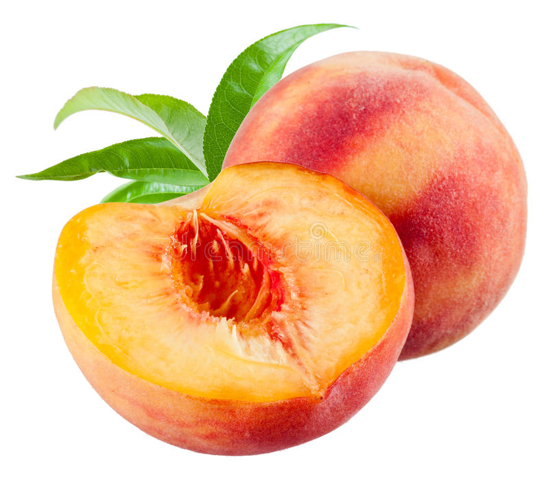 Pfirsich und eine Hälfte mit den Blättern lokalisiert auf Weiß stockfotos