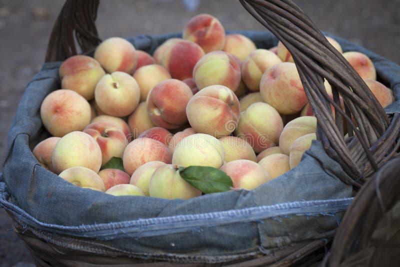 Pfirsiche in einem Korb stockfotos