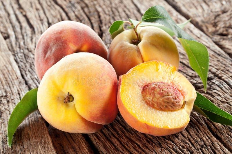 Pfirsiche mit Blättern stockbild