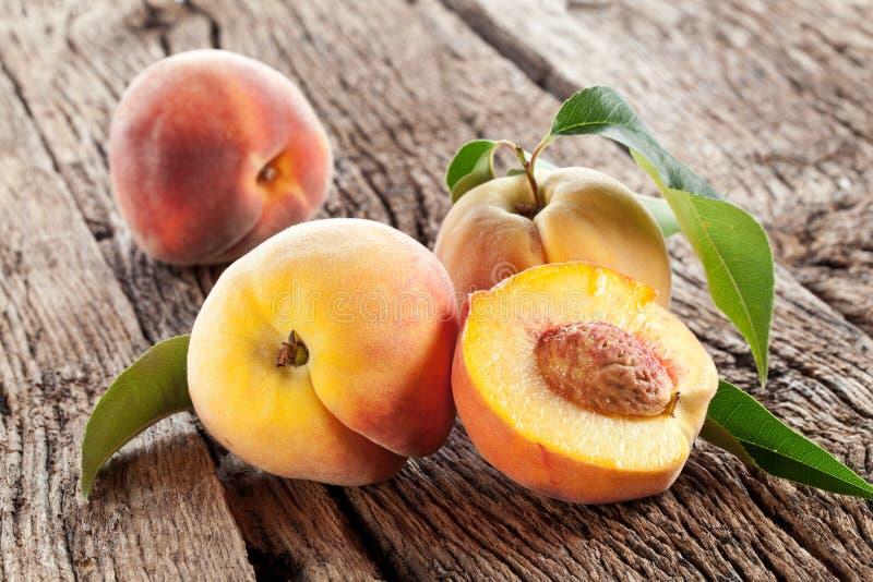 Pfirsiche mit Blättern lizenzfreie stockbilder