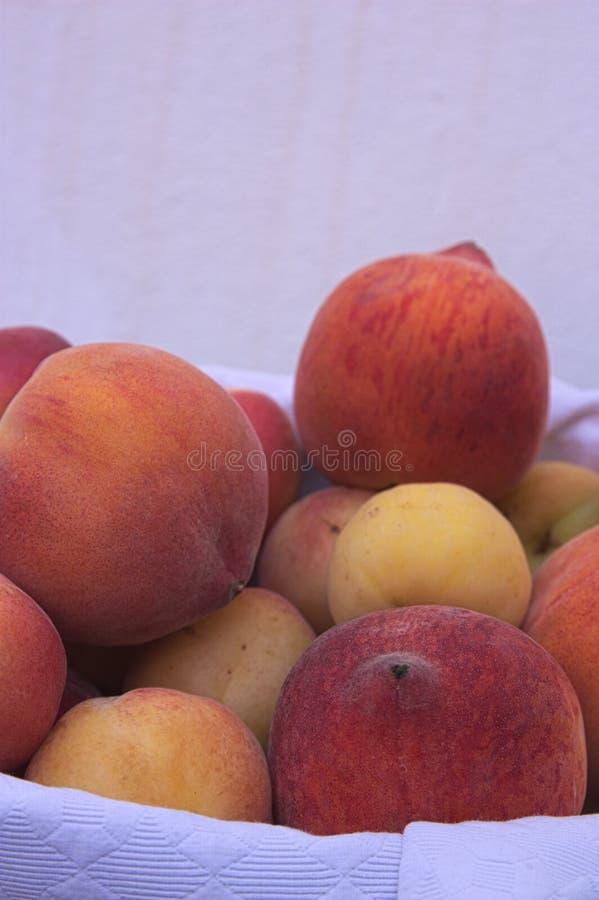 Pfirsiche und Aprikosen in einem Korb stockfoto