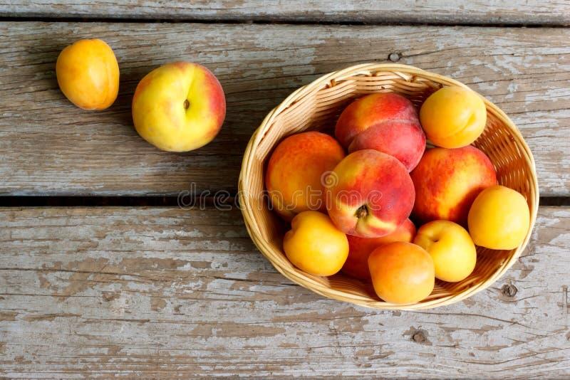 Pfirsiche und Aprikosen im Korb lizenzfreie stockfotografie