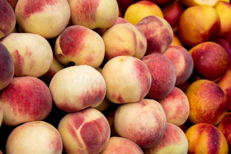 Pfirsichfrüchte auf dem Obstmarkt, frisch und saftig stockbild