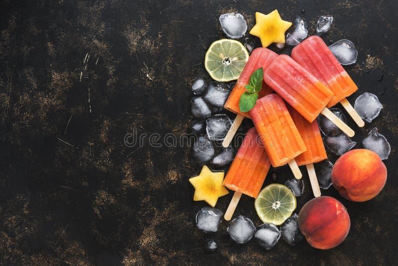 Pfirsichfrucht-Eiscreme mit Eis und tadellosen Blättern auf einem dunklen Hintergrund Beschneidungspfad eingeschlossen kopieren S lizenzfreies stockfoto