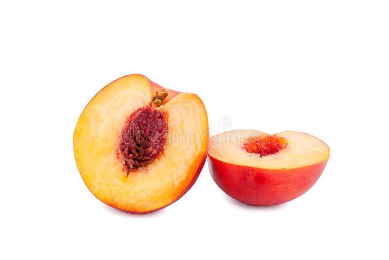 Pfirsichschnitt in zwei Hälften auf einem weißen Hintergrund nah oben lokalisiert stockfotos