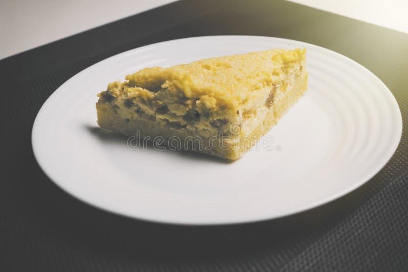 Pfirsichtorte auf Schwarzweiss-Hintergrund mit Sonnenlicht von der Seite Gelbe Pfirsichtorte auf dem Tisch in der Küche Pfirsicht lizenzfreies stockfoto