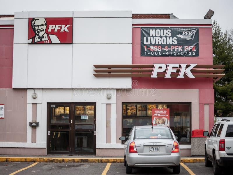 PFK-logo på en lokal restaurang i montreal Den Poulet friten Kentucky är det Quebec namnet av KFC, Kentucky Fried Chicken, i Queb fotografering för bildbyråer