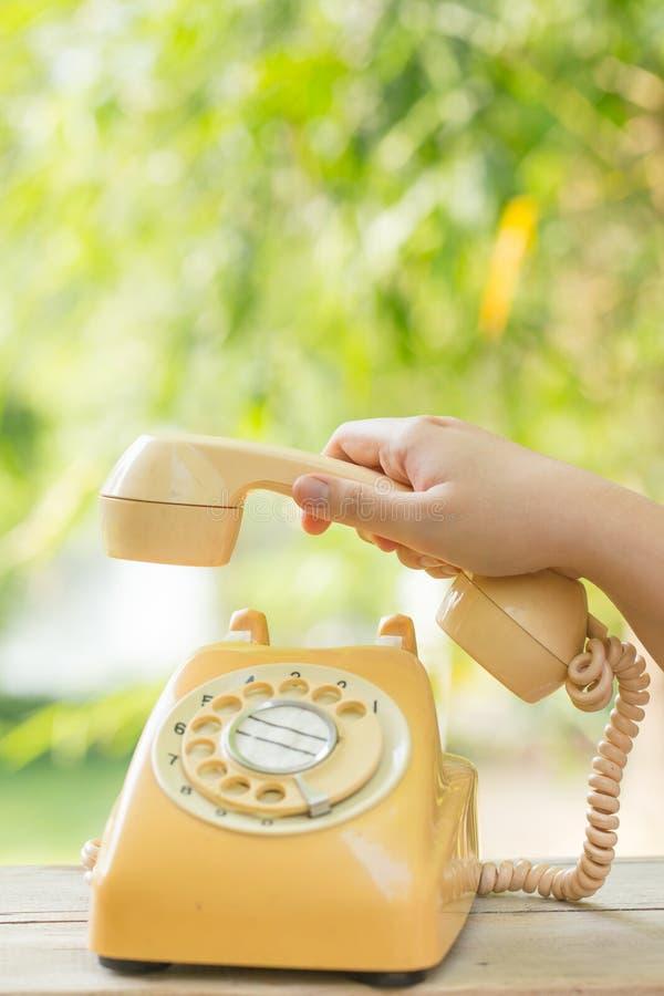 Pflücken Sie herauf altes Tagestelefon oder Drehtelefon mit der Hand lizenzfreie stockfotografie