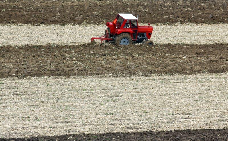 Pflügen von Feldern mit einem Traktor stockfoto